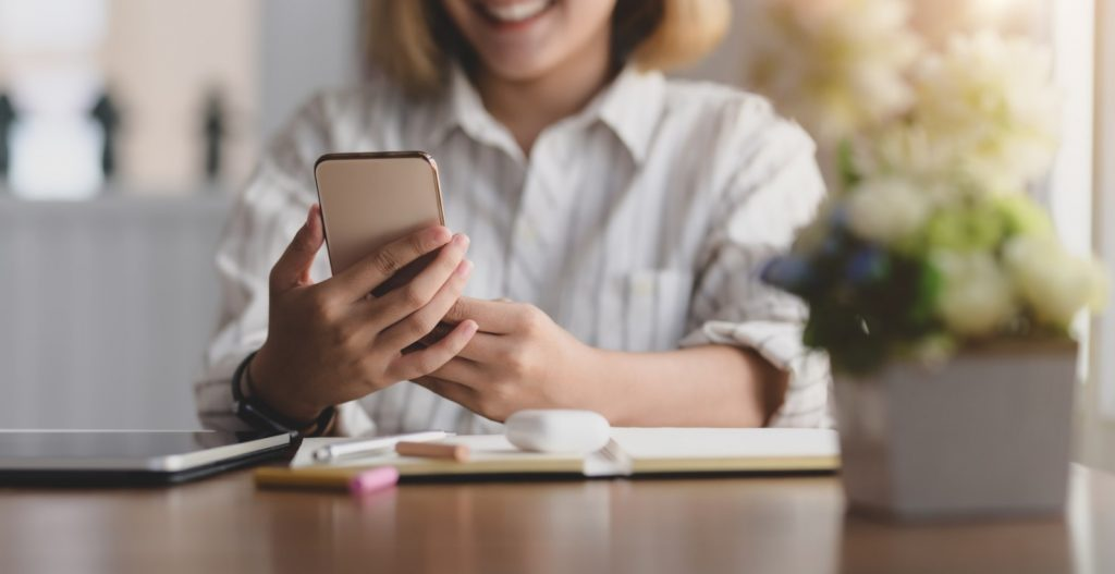 Femme sur son téléphone