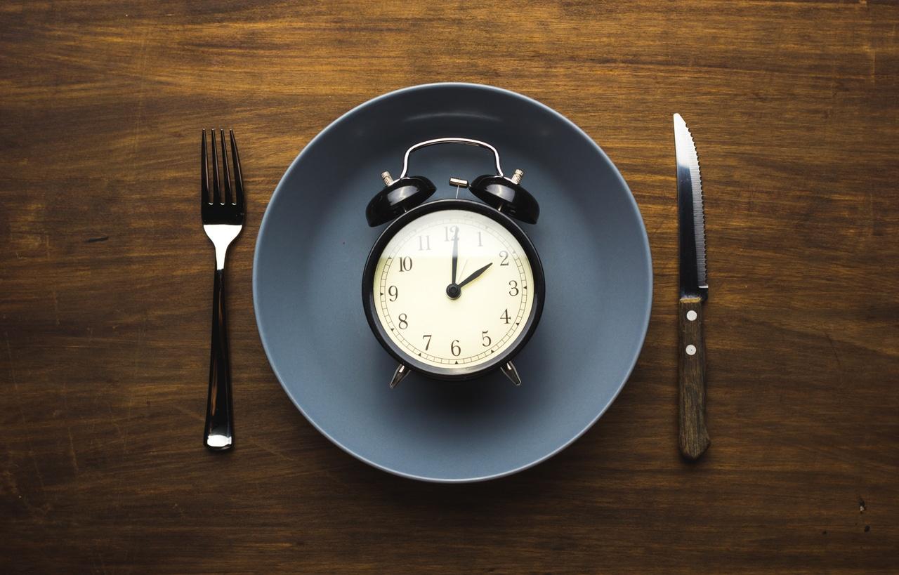 Un réveil dans une assiette