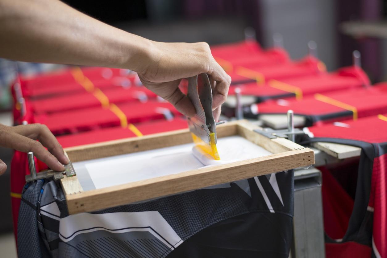 Une personne entrain d'imprimer un textile