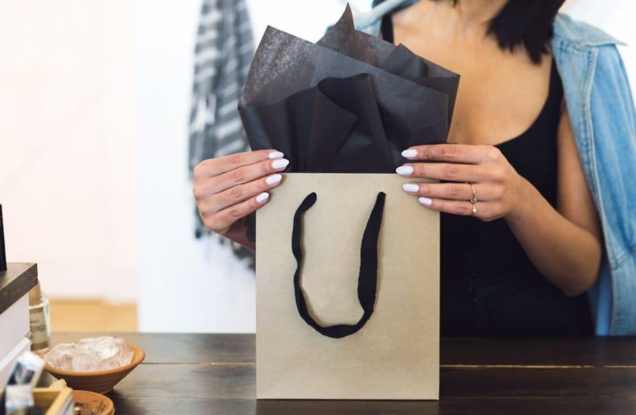 Une femme et un sac de shopping